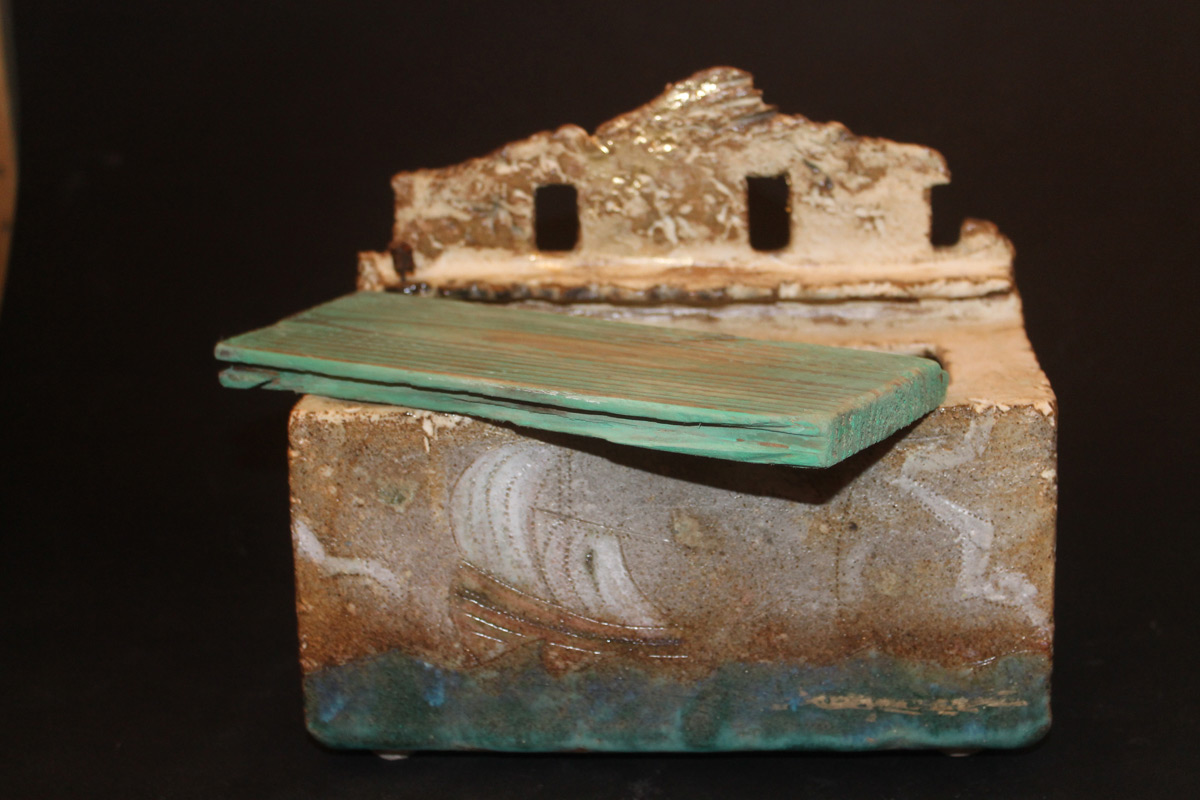 Stoneware box with dridtwood lid 'House at the sea'